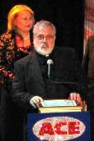 Padre Tomás aceptandon el Premio ACE 2007.